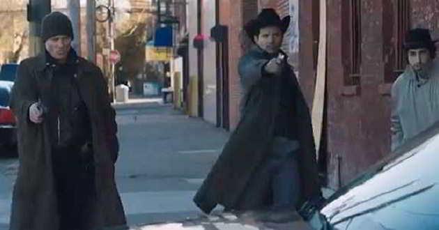 Ed Harris e Ethan Hawke no novo trailer de 'Anarquia'