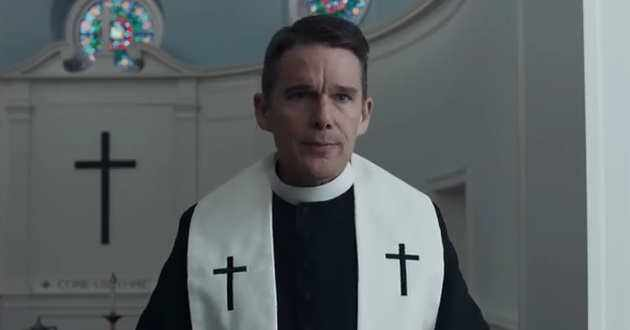 Ethan Hawke é um reverendo em crise de fé no primeiro trailer de