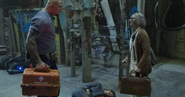 Jodie Foster e Dave Bautista no trailer português de