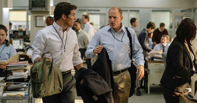 Woody Harrelson e James Marsden no trailer português de