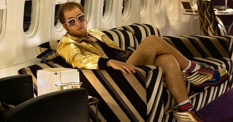 Taron Egerton como Eton John na cinebiografia Rocketman