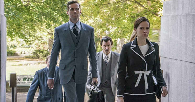 Felicity Jones e Armie Hammer no trailer português do drama biográfico
