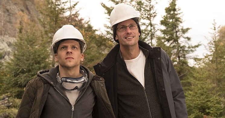Jesse Eisenberg e Alexander Skarsgard no primeiro trailer oficial de