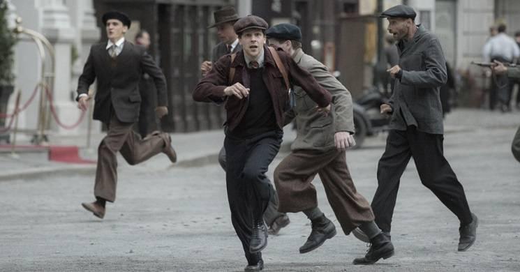 Jesse Eisenberg é o mimo e herói de guerra Marcel Marceau. Trailer de